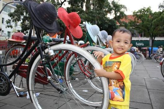 si kecil dan sederet sepeda ontel